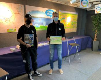 Alavuden kaupungin matkailuinfossa työskentelee kolme kesätyöntekijää; opiskelijat Miika Jokela ja Aliisa Lampi sekä kokenut Alavuden ja Tuurin tuntija Jorma Sepponen, joka tarjoushaukkanakin tunnetaan. Kuvassa Aliisa Lampi (vasemmalla) ja Miika Jokela.