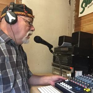 Vihta-radion lähetyksistä vastaa alavutelainen radioharrastaja Raimo Joensuu.